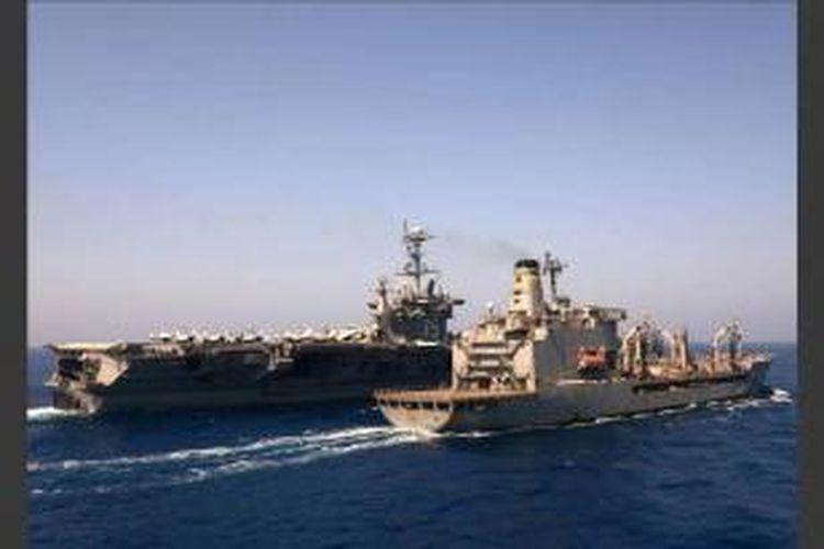 kapal induk USS Harry S Truman (CVN 75) mendekati kapal pengisian bahan bakar USNS Leroy Grumman, 14 Agustus 2013 di Laut Mediterania. Pasukan militer AS telah bersiap jika dipanggil untuk menyerang rezim Suriah, kata Menteri Pertahanan Chuck Hagel kepada BBC, 27 Agustus 2013.