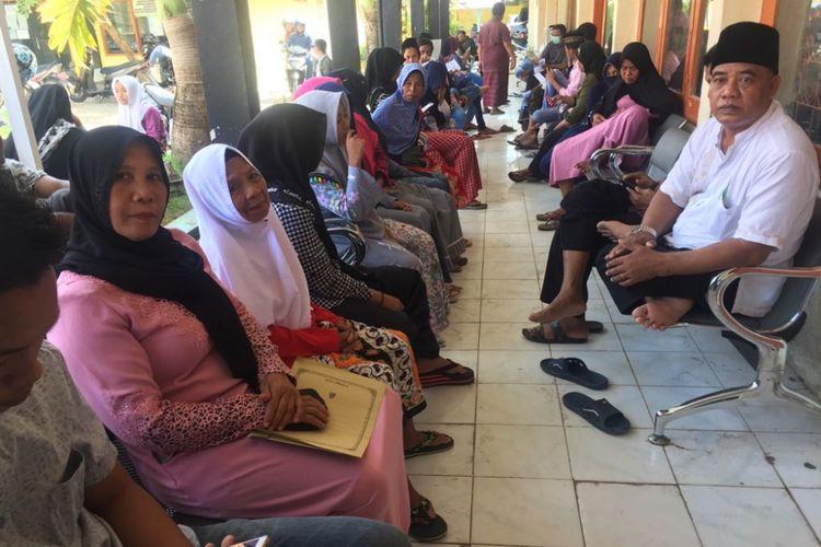 Ratusan warga memadati kantor Dispenduk Capil untuk melakukan perekaman e-KTP karena terancam tidak bisa ikut Pilkada.