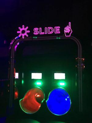 Slide, seluncuran yang dapat mengantarkan pengunjung Marquee Singapore meluncur dari lantai 3 ke lantai 1 klub malam yang berlokasikan di Marina Bay Sands, Singapura