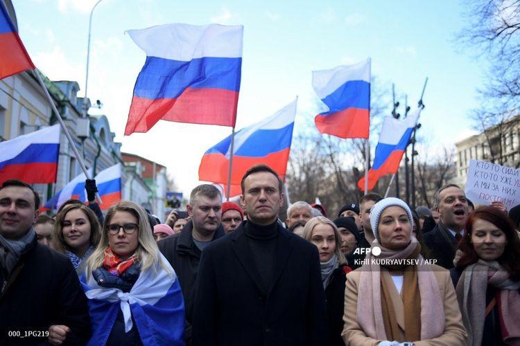 Pemimpin oposisi Rusia Alexei Navalny (tengah) bersama istrinya, Yulia, dan tokoh oposisi Lyubov Sobol, serta para demonstran saat mengenang tewasnya kritikus Kremlin, Boris Nemtsov, di Moskwa pada 29 Februari 2020.