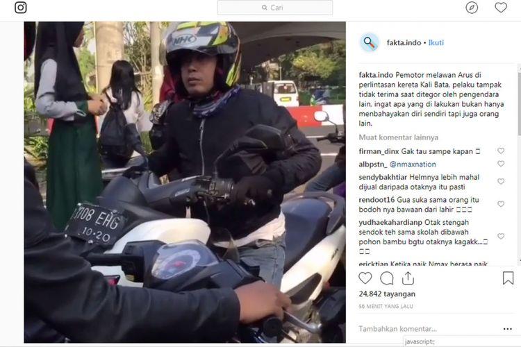 Pengemudi sepeda motor yang melawan arus dan terekam kamera.