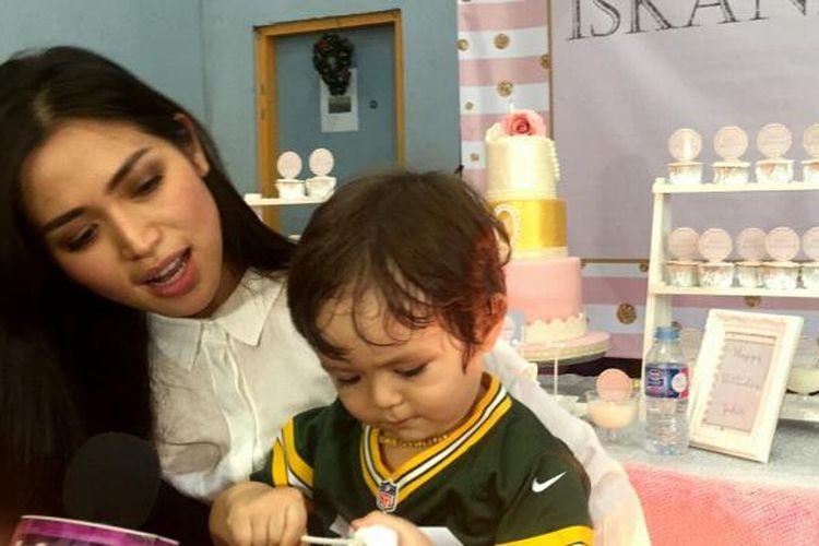 Artis peran yang juga pembawa acara Jessica Iskandar saat diabadikan di panti asuhan Dorkas, Kebon Sirih, Jakarta Pusat, Minggu (29/1/2017).