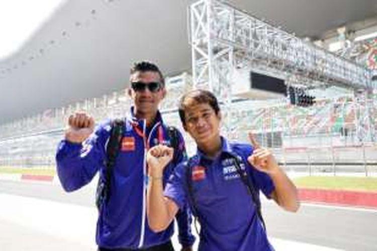 Pebalap Yamaha Racing Indonesia, Galang Hendra Pratama (kanan) dan Reynaldo Ratukore, berpose di Sirkuit Buddh International sebelum seri kelima ARRC, Rabu (28/9/2016).