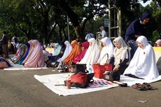 Massa Aksi MK Shalat Berjemaah di Jalan Medan Merdeka Barat