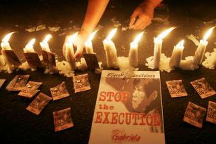 Para pengunjuk rasa menyalakan lilin di depan Kedutaan Besar Indonesia di Filipina mendesak pengampunan bagi terpidana mati Mary Jane Veloso.