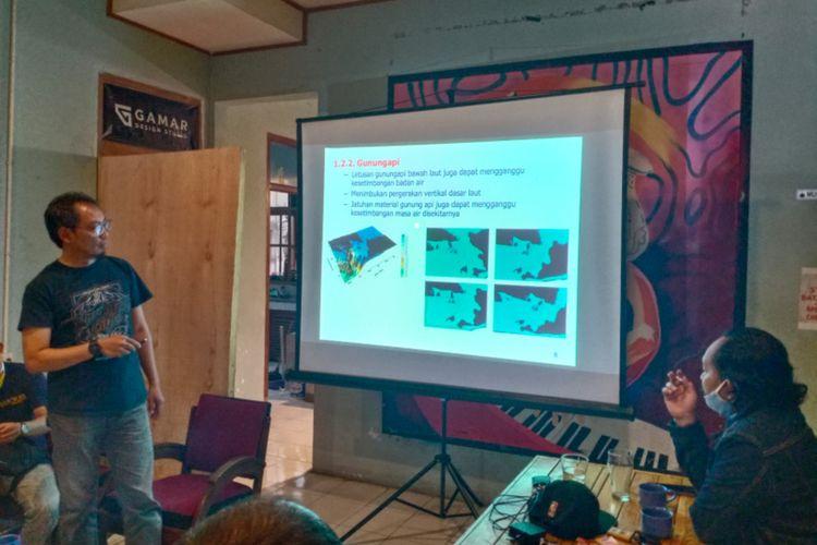 Yudi Indratno, Koordinator Kelompok Kerja Masyarakat Peduli Bencana saat melakukan presentasi rencana mitigasi bencana tsunami di Garut, Selasa (29/09/2020) di kedai Kopituin