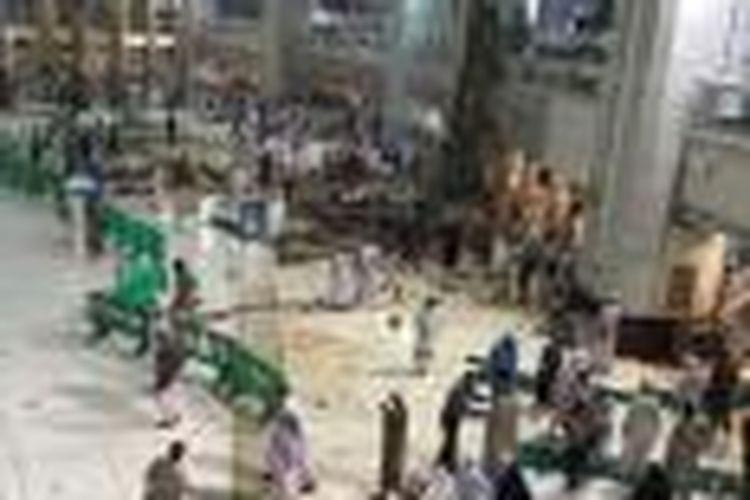Sebuah tiang di area dekat tempat tawaf di Masjidil Haram dilaporkan roboh pada Jumat (11/9/2015). Sejumlah jamaah haji dilaporkan turut menjadi korban dalam insiden tersebut.