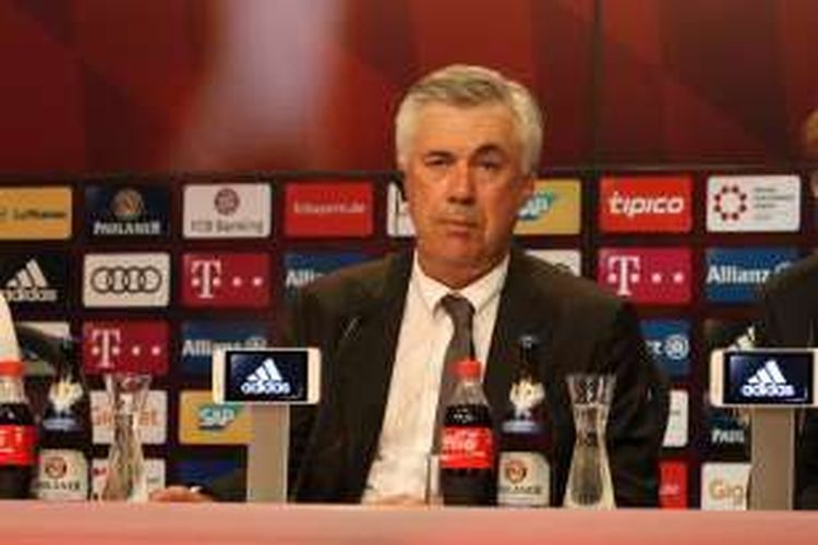 Pelatih Bayern Muenchen, Carlo Ancelotti, menjalani sesi konferensi pers di Allianz Arena, Jumat (26/8/2016) waktu setempat.