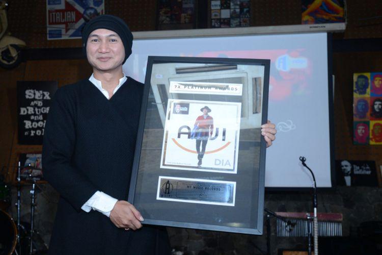 Anji memegang tujuh platinumnya dalam acara peluncuran singel Bidadari Tak Bersayap di Jakarta pada Rabu (17/5/2017).