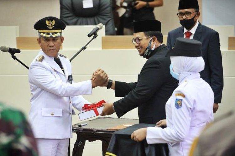 Gubernur Sulawesi Selatan HM Nurdin Abdullah melantik dan mengambil sumpah Prof Yusran Jusuf sebagai PJ Wali Kota Makassar di Ruang Sipakalebbi, Balaikota Makassar, Jalan A Yani, Makassar, Rabu (13/5/2020).