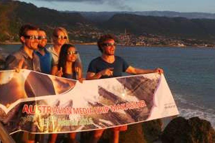 Wisatawan asing yang mengikuti program Fam Trip Kementerian Pariwisata untuk melihat gerhana matahari total di Luwuk, Sulawesi Tengah, Rabu (9/3/2016). Mereka hunting GMT di Pantai Kilo Lima, Luwuk.