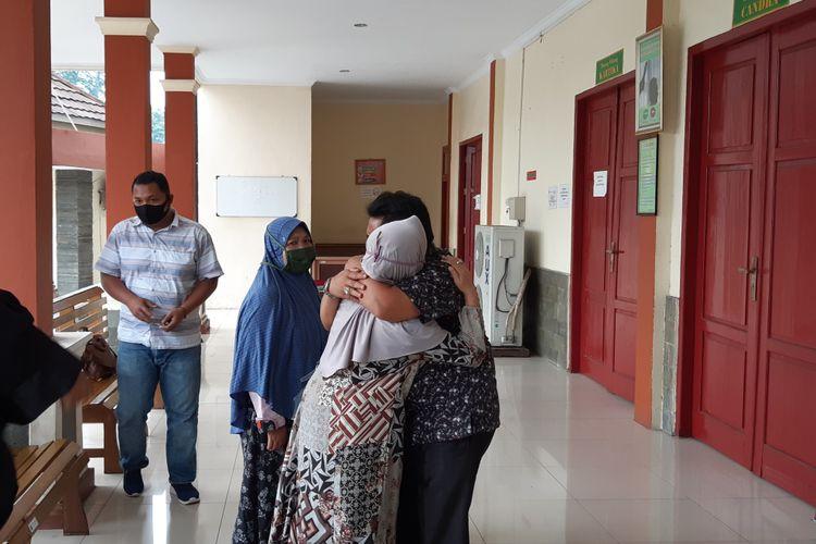 Asril salah satu terdakwa kasus korupsi dana bencana alam Jalan Sungai Kuning Kabupaten Kerinci berpelukan haru dengan keluarganya karena vonis bebas yang didapatnya, pada Kamis (3/9/2020) di Pengadilan Tindak Pidana Korupsi Jambi.