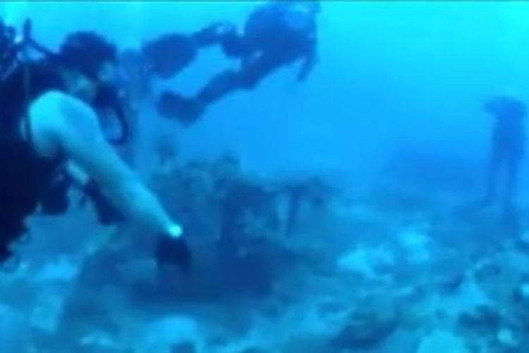 Tim selam gabungan saat menemukan bangkai pesawat peninggalan Perang Dunia kedua di Distrik Depapre, Papua. (Sumber: KOMPAS.TV/FINDI RAKMENI)