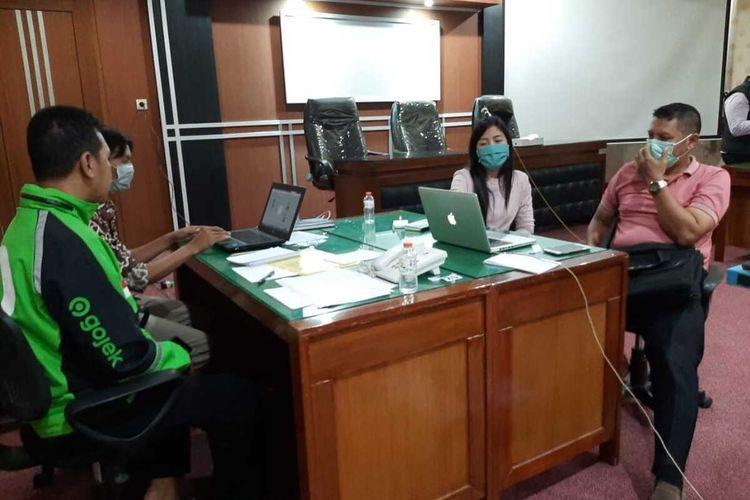 Posko bantuan pendaftaran Program Kartu Pra Kerja di kantor Dinas Tenaga Kerja Dan Transmigrasi Jawa Timur di Surabaya.