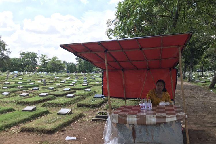 Penjual kembang di Taman Pemakaman Umum (TPU) Srengseng Sawah, Jagakarsa, Jakarta Selatan pada Senin (12/4/2021) siang.