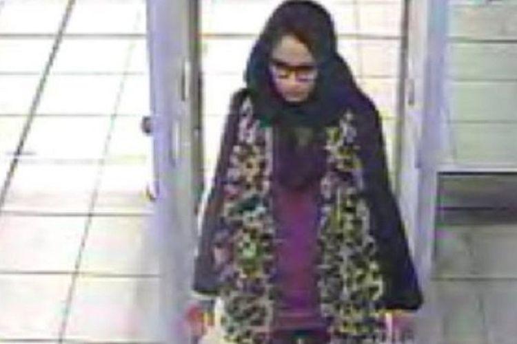 Rekaman CCTV menunjukkan Shamima Begum ketika berada di Bandara Gatwick, Inggris, sebelum bertolak ke Turki dan menyeberangi Suriah demi bisa bergabung dengan ISIS pada 2015. Empat tahun berlalu, kini dia ingin pulang agar bisa melahirkan di sana.