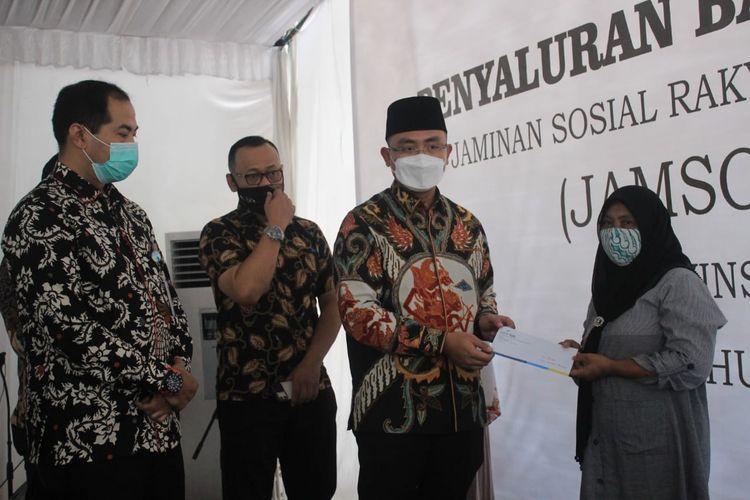 Wakil Gubernur Banten, Andika Hazrumy  saat memberikan bantuan Jamsosratu 2020 secara simbolis di Kantor Cabang Pembantu Bank Jabar Banten (BJB) Bumi Serpong Damai, Kota Tangerang Selatan, Kamis (3/12/2020).