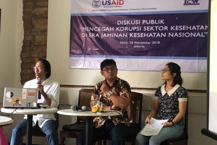 Wakil Koordinator Indonesia Corruption Watch Agus Sunaryanto (tengah) dan anggota Divisi Investigas ICW  Wana Alamsyah (kiri) dalam diskusi terkait korupsi di sektor kesehatan di kawasan Cikini, Senin (26/11/2018).