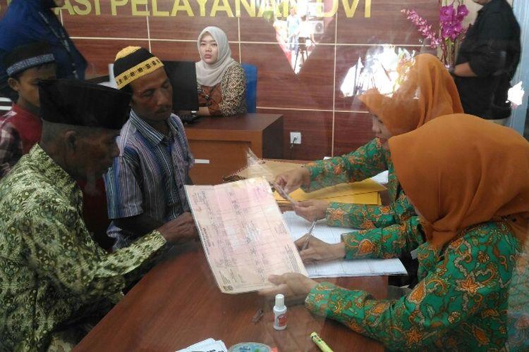Warga melakukan pengaduan tentang anggota keluarganya yang menjadi korban kebakaran pabrik mercon di RS Polri Kramat Jati, Jakarta Timur, Jumat (27/10/2017).