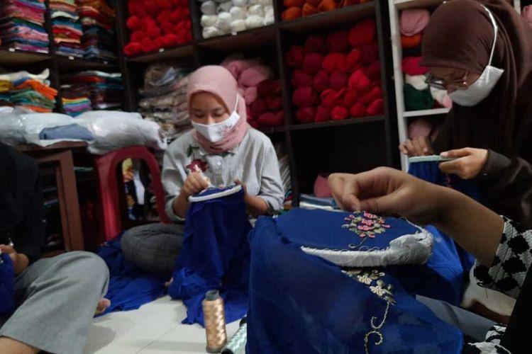 Pakaian dengan motif sulam dan rajut hasil produksi Almira Handmade, Kota Malang, Jumat (30/4/2021).
