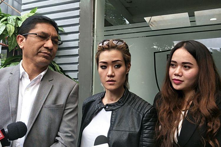 Melodya Vanesha usai menjalani pemeriksaan berkait laporannya terhadap Sheila Marcia di Polda Metro Jaya, Jakarta Selatan, Rabu (21/2/2018).
