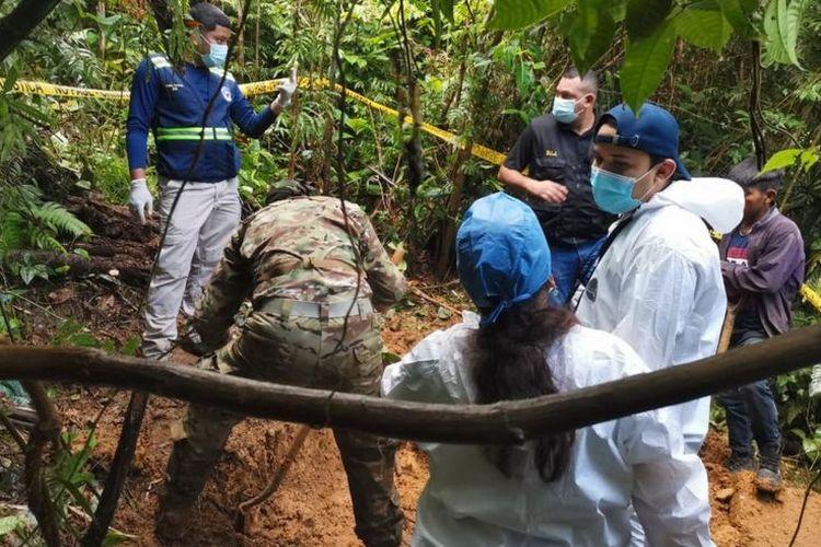 Para penyidik harus mendaki gunung selama 10 jam untuk mencapai kuburan massal yang terletak di lokasi terpencil Panama, dan diduga terkait dengan sekte agama Cahaya Baru Ilahi.