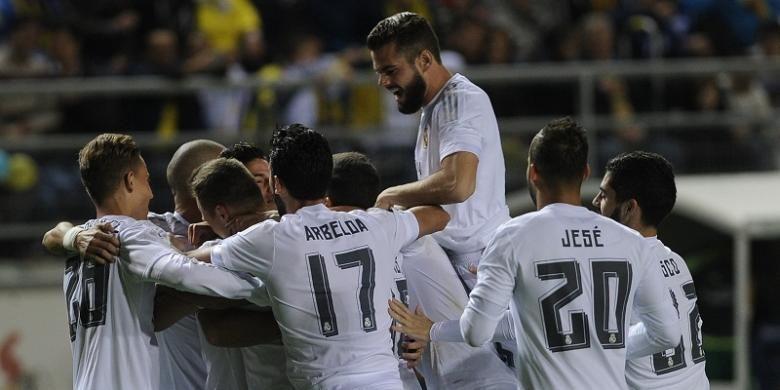 Para pemain Real Madrid melakukan selebrasi usai membobol gawang Cadiz pada laga Copa del Rey di Cadiz, Rabu (2/12/2015) waktu setempat.