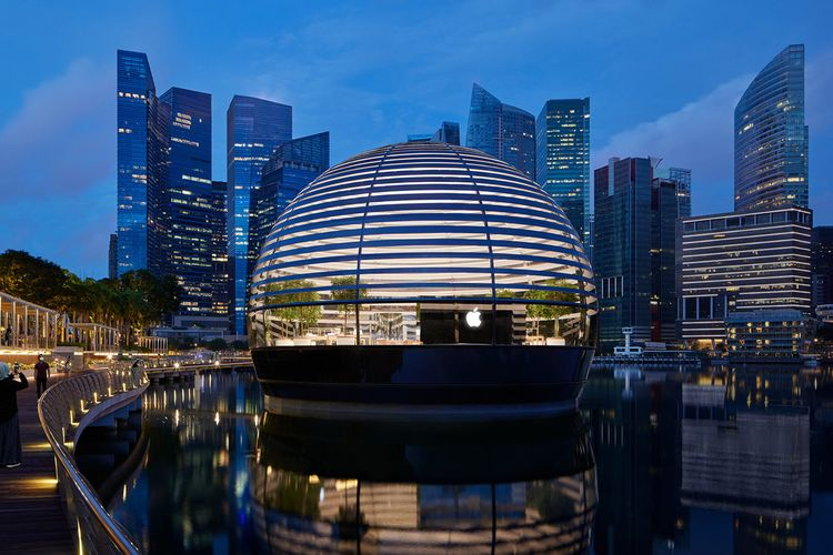 AppleTampilan Apple Marina Bay Sands ketika jendela dibuka pada malam hari.