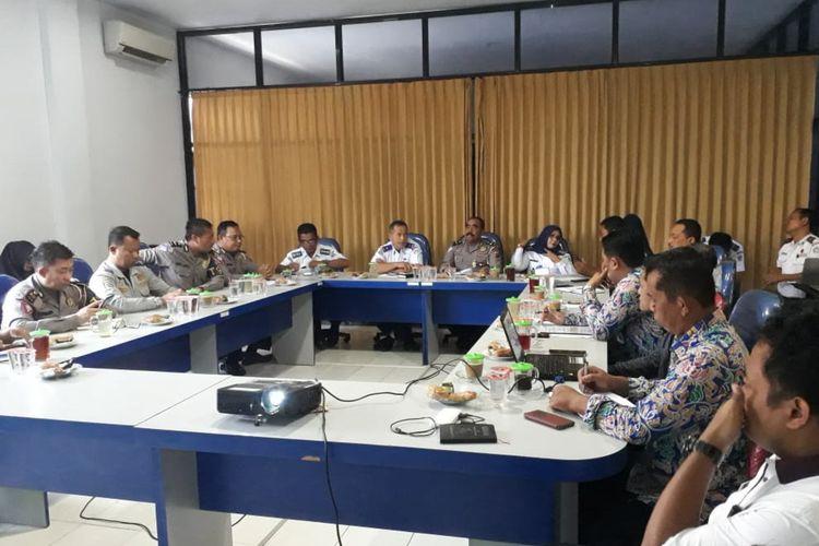 Rapat koordinasi lintas instansi, dalam rangka penerapan sistem dan perangkat E-TLE di Lamongan.