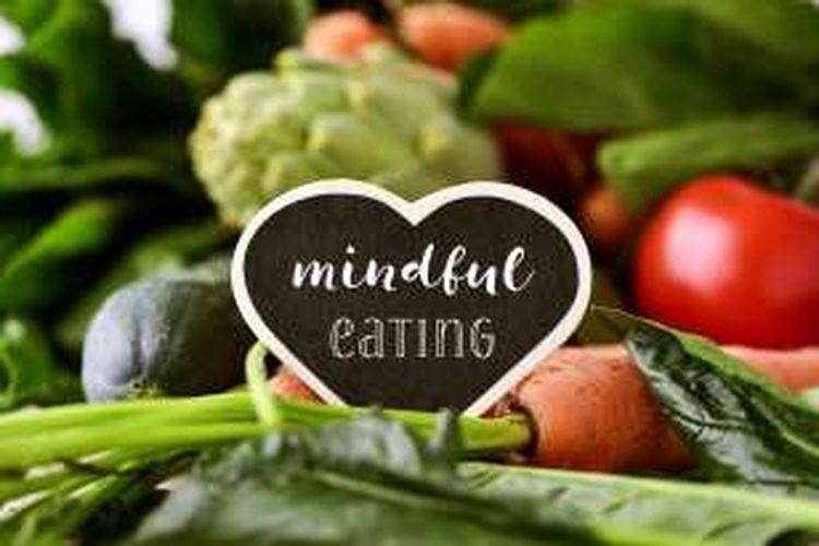 Mindful eating berarti makan dengan penuh kesadaran.