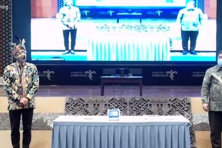 Menristek Bambang Brodjonegoro menyerahkan satu alat GeNose C19 kepada Menparekraf Sandiaga Uno.