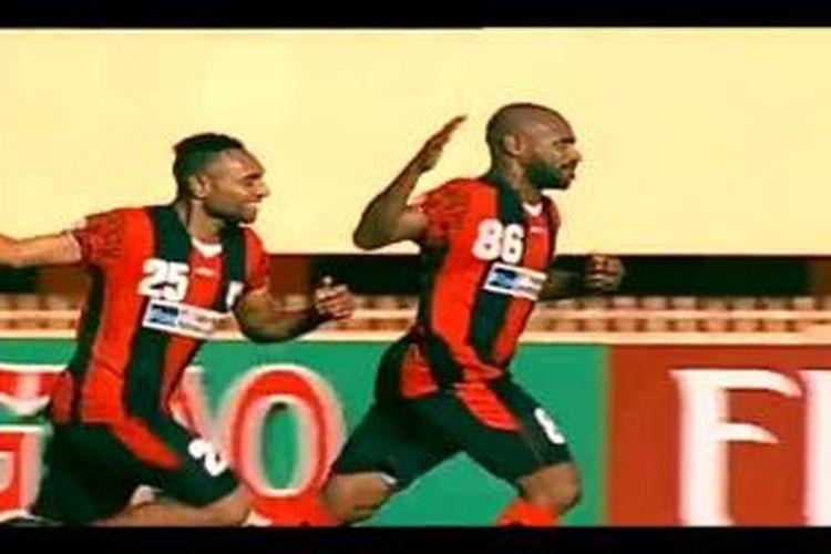 Selebrasi kapten Persipura Jayapura, Boaz Solossa, seusai mencetak gol ke gawang Kuwait SC pada leg kedua perempat final Piala AFC 2014 di Stadion Mandala, Jayapura, Selasa (26/8/2014).