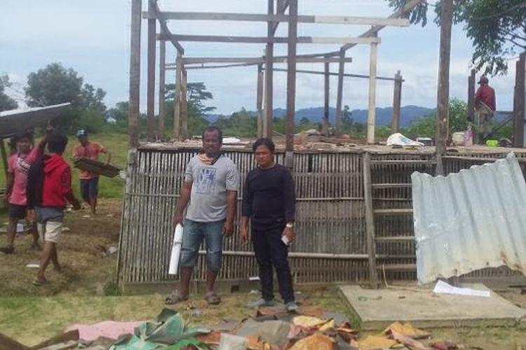 Suasana pembongkaran rumah Risal warga Nunukan, rumahnya dan rumah mertuanya berdiri di tanah orang, Risal mengaku beda pilihan politik dengan pemilik tanah sehinga memutuskan pindah (Kadir)
