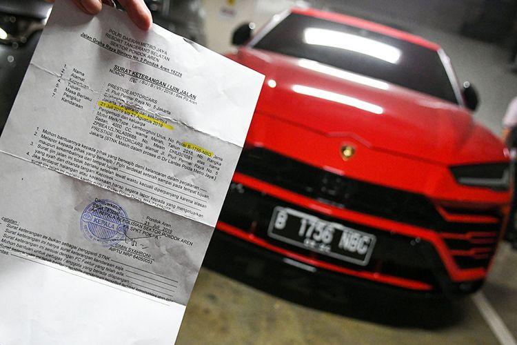 Surat keterangan ijin jalan mobil Lamborghini yang menggunakan plat nomor palsu ditunjukkan oleh petugas saat razia pajak di Apartemen Regatta, Jakarta Utara, di Jakarta, Kamis (5/12/2019). Keberadaan plat nomor palsu tersebut diketahui usai petugas Badan Pajak dan Retribusi Daerah (BPRD) DKI Jakarta bersama Komisi Pemberantasan Korupsi (KPK) mengecek dengan sistem perpajakan, dan hasilnya terbukti plat nomor B1756NBC terdata sebagai plat mobil Honda Accord. ANTARA FOTO/M Risyal Hidayat/hp.