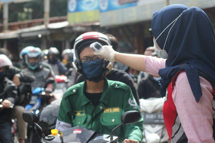 Petugas gabungan memeriksa suhu tubuh pengendara di check point 1 Seger Alam Ciloto, Cianjur, Jawa Barat, Kamis (28/5/2020) yang hendak masuk ke wilayah Cianjur.