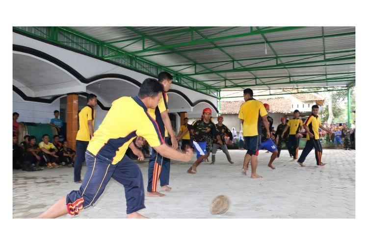 Tradisi sepak bola durian dari Kota Kebumen, Jawa Tengah. Foto diambil sebelum pandemi Covid-19.