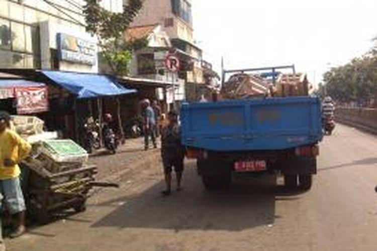 Satuan Polisi Pamong Praja.melakukan.tindak tegas pada para PKL Pasar Minggu. Para petugas Satpol PP mengambil barang dagangan mereka dan tidak mengembalikannya pada pedagang, Pasar Minggu, Jakarta, Senin (12/8/2013).