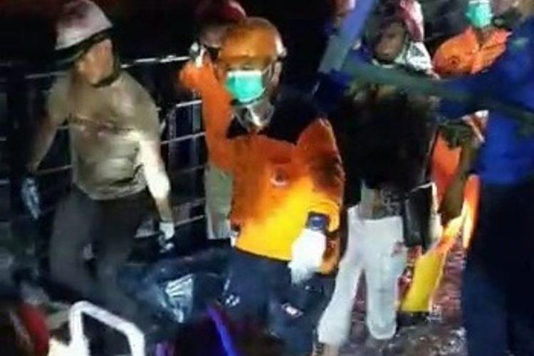Petugas SAR Gabungan mengevakuasi Satu korban tewas dalam insiden kebakaran di Unit Pelaksana Teknis (UPT) Logam Kabupaten Purbalingga, Jawa Tengah, Sabtu (23/1/2021).