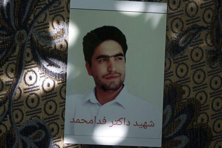 Potret Fida Mohammad, seorang dokter gigi berusia 24 tahun, yang meninggal setelah jatuh dari C-17 Angkatan Udara AS yang berangkat pada 16 Agustus, digantung di rumah keluarganya di Kabul, Afghanistan, Jumat, 17 September 2021.