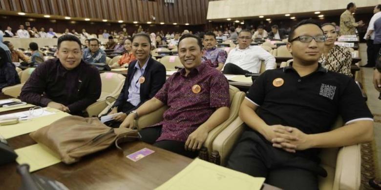 Anggota DPR RI Charles Honoris, Irine Lusiana Roba, Nico Siahaan dari Fraksi PDI-P dan Aryo Djojohadikusomo dari Fraksi Partai Gerindra (kiri ke kanan) hadir dalam geladi resik Sidang Paripurna MPR RI Awal Masa Jabatan Periode 2014-2019 di Gedung MPR/DPR, Jakarta, Selasa (30/9/2014).