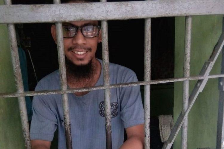 Wildan Bahriza berpose di depan kamera dari balik terali besi ? saat masih dipenjara.