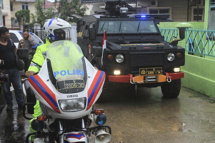 Satuan Brimob Polda Sumatera Selatan melakukan pengawalan ketat saat pendistribusian vaksin Covid-19 produksi Sinovac yang akan dikirim ke gudang milik Dinas Kesehatan Kota Palembang, Selasa (12/1/2021). Pada tahap pertama ini, Kota Palembang akan mendapatkan sebanyak 23.600 dosis vaksin Sinovac.