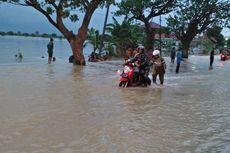 Para Siswa Ini Rela Perbaiki Motor yang Mogok akibat Banjir, Gratis!