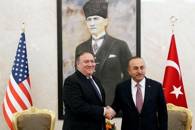 Menteri Luar Negeri AS Mike Pompeo saat bertemu dengan Menlu Turki Mevlut Cavusoglu di Ankara, Rabu (17/10/2018).