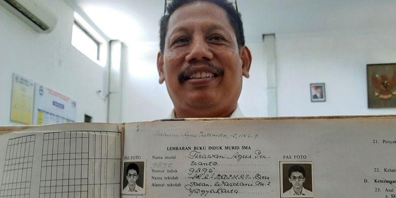 Kepala Sekolah Bopkri 1 Yogyakarta Andar Rujito saar menunjukan buku induk murid. Tampak dalam buku itu, foto Menteri Kesehatan Kabinet Indonesia Maju, dokter Terawan Agus Putranto.