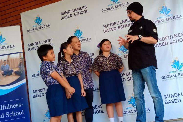 Andy F Noya saat hadir di tengah-tengah siswa Global Sevilla School Puri Indah, Jakarta (21/9/2019) mempraktekan langsung konsep mindfulness.