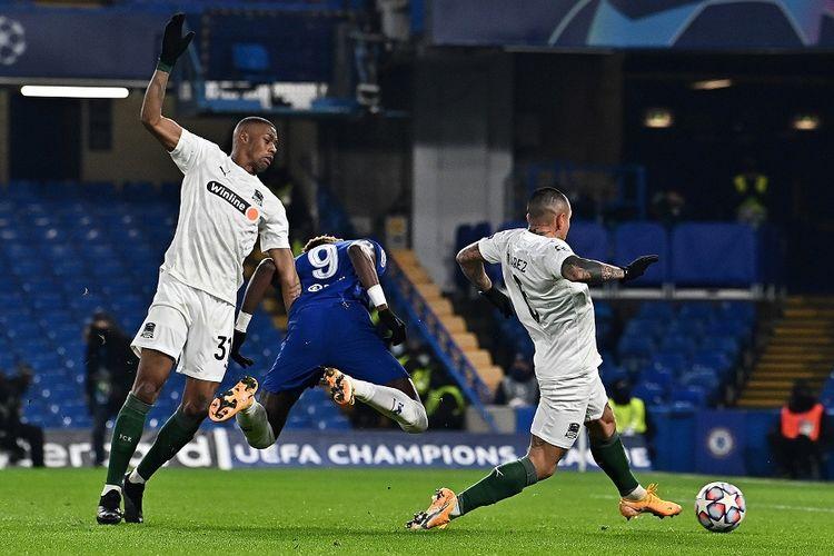 Gelandang FK Krasnodar Kaio Pantaleao (kiri) melakukan pelanggaran terhadap striker Chelsea Tammy Abraham (tengah) yang berujung penalti dalam laga Grup E Liga Champions antara Chelsea vs Krasnodar di Stamford Bridge di London pada 8 Desember 2020.