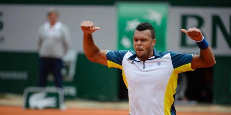 Petenis Perancis, Jo-Wilfried Tsonga, merayakan kemenangannya atas Victor Troicki di babak keempat French Open, Minggu (2/6/2013).