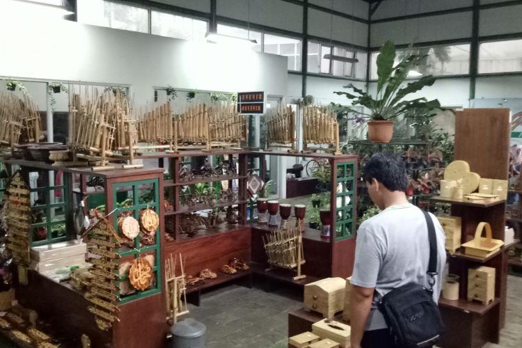Garden Shop Kebun Raya Bogor, menjual aneka buah tangan yang bisa dibawa oleh wisatawan.