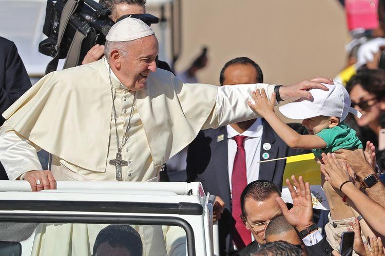 Paus Fransiskus memberkati seorang anak ketika dia tiba di Stadion Olahraga Zayed, Uni Emirat Arab, untuk memimpin jalannya misa terbuka pada Selasa (5/2/2019).